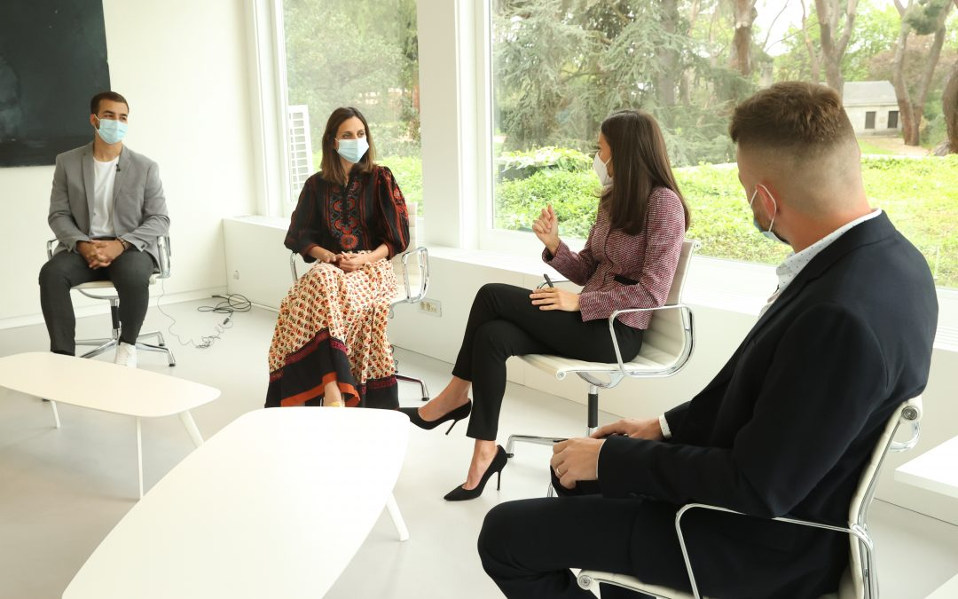 Guillermo Martínez habla con la Reina Letizia y otros jóvenes referentes del sector social sobre los retos que afrontar